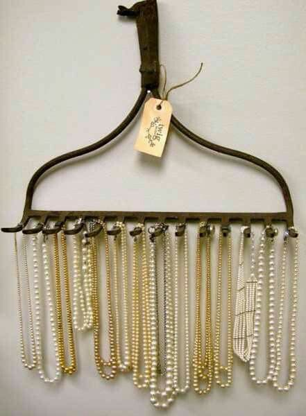 Het onderste deel van een oude hark gebruiken als rekje voor kettingen. Super idee!