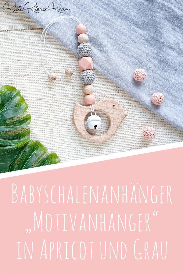 Babyschalen-Anhänger für Mädchen in Grau und Apricot – Spielanhänger