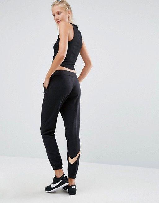 Nike   Pantalones de chándal en negro de corte estándar con logo metalizado Pantsin de Nike
