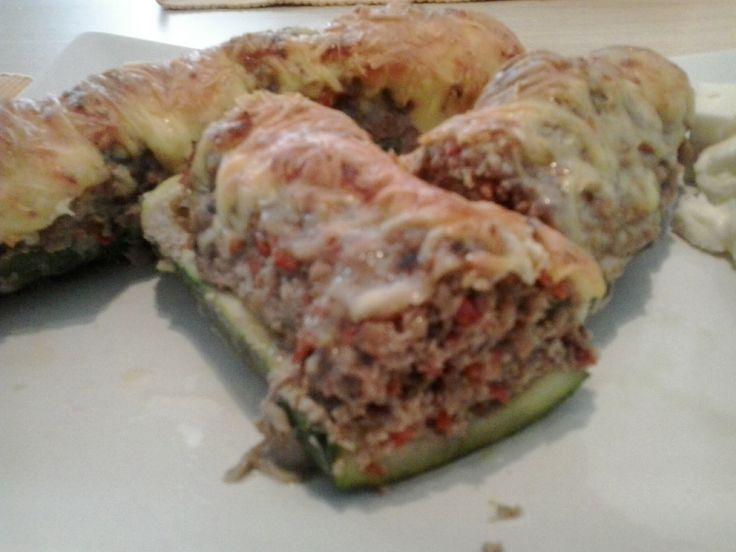 Gevulde courgette, doorgesneden. Gevuld met paprika, gehakt, kruiden en kaas overbakken.