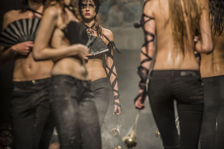 Il regista Paolo Genovese ricrea nel film le sfilate della Milano Fashion Week e questa è il concept pensato da Guia (Liz Solari) per far sfilare i capi di Two women in the word #set4