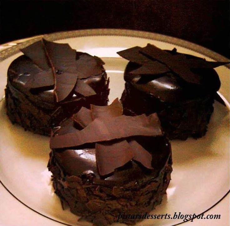 Küçük Çikolatalı Pastalar (Mini Chocolate Cakes) - Pınar Ünlütürk #yemekmutfak.com Anneler günü için çikolatalı pasta tarifi arıyorsanız, tadı nefis, görünümü ise muhteşem olan bu küçük pastalar harika bir seçim olacaktır.