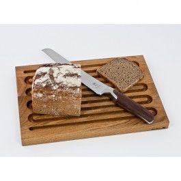 Ein Küchenhelfer der besonderen Art: Unser Brotschneidebrett. Damit kannst Du Baguette, Vollkornbrot oder sonstige Backwaren zerkleinern, ohne dabei Krümel zu verstreuen. Die eingearbeiteten geschwungenen Einkerbungen fangen die anfallenden Brotreste auf, die später einfach entsorgt werden können. Damit Deine Küchenarbeitsplatte oder Dein Tisch nicht verkratzt wird, sind an der Unterseite des Vollholzbrettes Gumminoppen angebracht. Diese garantieren zudem auch auf glatten Oberflächen…