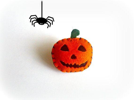 Spilla zucca di Halloween in feltro di Buttonstyle su Etsy, €7.00