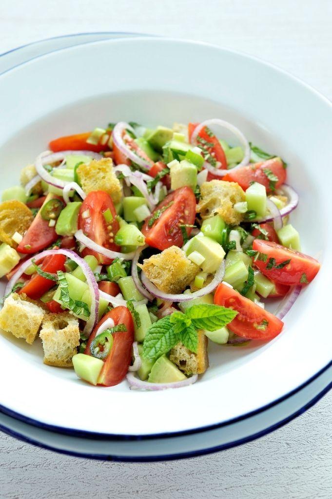 Bereiden:Snijd de tomaten in partjes. Schil de komkommer en snijd overlangs in vier, verwijder de zaadlijsten en snijd in blokjes van 1 op 1 cm.Pel de rode ui en snijd fijn met een groenteschaaf, snijd ook de groene chilipeper in fijne schijfjes en snipper de lente-uitjes fijn.Snijd het Turks brood in blokjes, schik op een ovenschaal, besprenkel met wat olijfolie en rooster het goudbruin in een hete oven.