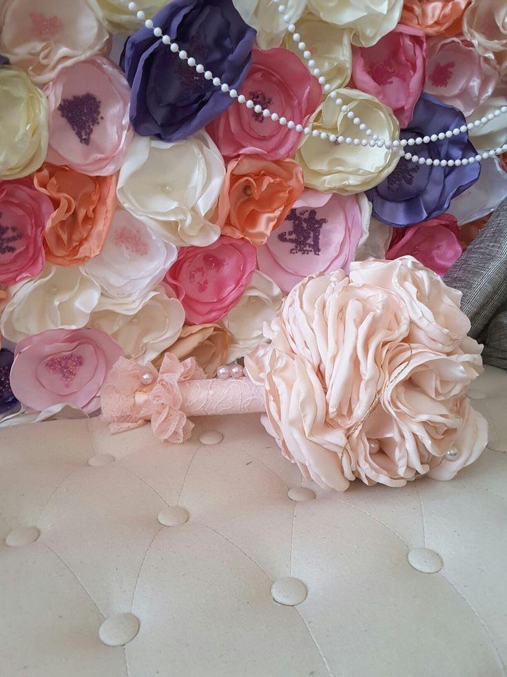 Buchet de mireasa realizat din flori textile lucrate manual.