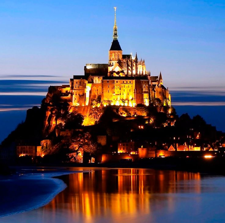 El Mont Saint-Michel en Francia, desde 1979, es considerado patrimonio mundial de la UNESCO, gracias a su arquitectura, es único en su clase. ¿Te gusta?    #photooftheday #instatravel #travellife #trip #love #earth #montsaintmichel #earth #architecture #france #ig_france #frances #france #travelphotography #travelgram #naturephotography #landscapephotography