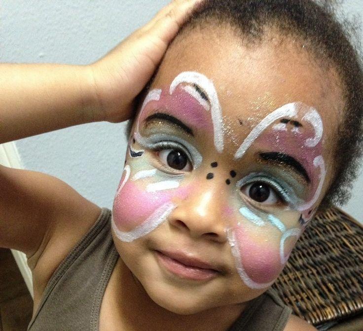Rien de tel pour faire plaisir aux enfants: proposez-leur un atelier maquillage: sorcière, papillon, zombie, chat, citrouille. Deux, trois coups de crayons de maquillage à l'eau, quelques traits au pinceau, et voilà le plus mignon des petits monstres!