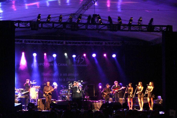 """Puntacana Resort & Club fue el escenario escogido por el cantante español Julio Iglesias para presentar su concierto """"Homenaje a un Amigo"""" en honor a Oscar de la Renta. Un concierto intimo lleno de sentimientos en el cual lo asistentes disfrutaron de un julio Iglesias completamente entregado a su público. La totalidad de los fondos …"""