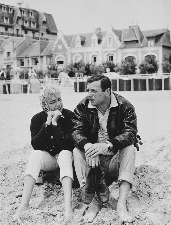 Yves Montand et Simone Signoret sur les plages de Baule , Yves Montand porte une Montre