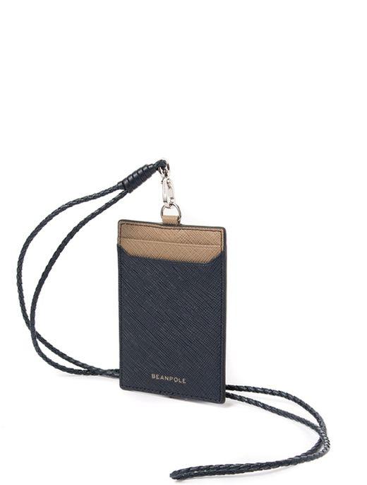 빈폴악세사리의 로웰 카드지갑입니다. 트렌디한 컬러 배색이 돋보이는 컬러 콤비의 로웰 라인 제품입니다. 16SS 시즌 돋보이는 컬러인 그린과 은은한 네이비, 베이지 컬러를 베이스로 한 로웰 라인의 카드지갑입니다. 잔잔한 철망 엠보 레더로 내구성이 좋고 스크래치에 강하여 실용적인 제품입니다. 강하지 않고 소프트한 컬러감으로 멋스러운 제품입니다. 레더 꼬임 스트랩을 활용해 목에 걸어 간편하게 휴대가 가능하며 습기와 할로겐 조명에는 약하니 특별한 주의가 필요합니다. 사이즈: 7*10.5cm, 카드수납공간: 2칸, 필름칸: 1칸.