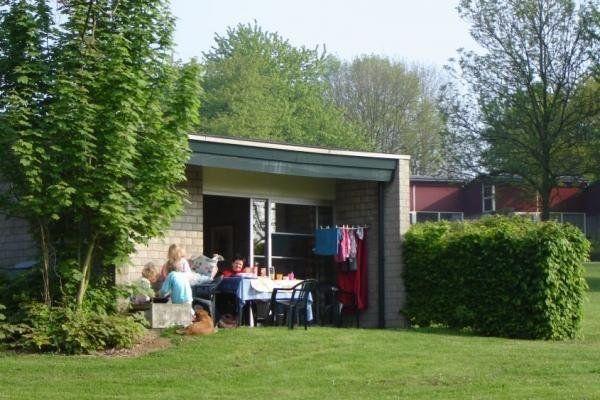 Dieser Ferienpark an der Südseite eines Hangs bietet eine prächtige Aussicht auf die Limburger Hügellandschaft. Einige Bungalows sind Rollstuhlfreundlich. Die Badezimmer dieser angepassten Bungalows befinden sich zu ebener Erde und verfügen über Bügel (Toilette, Dusche). Höchstanzahl der...