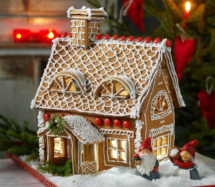 Stämningen och doften som ett pepparkakshus ger är helt oslagbar. Dessutom är det ett kul pyssel och vackert julpynt.