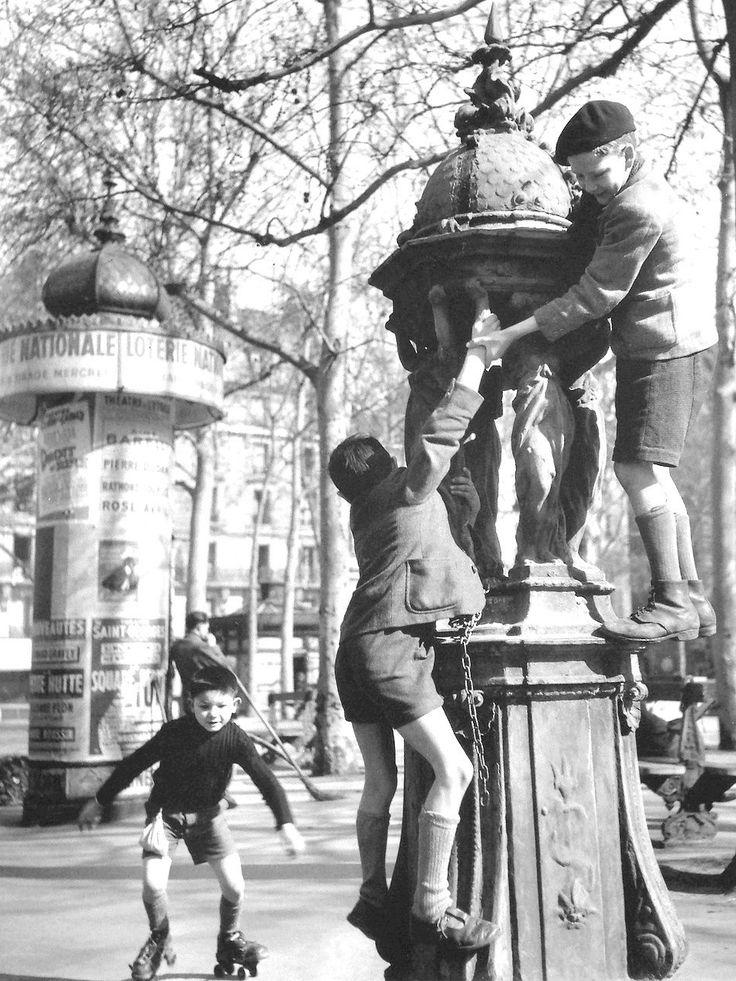 Fontaine Wallace, Place Saint Sulpice. Robert Doisneau. 1950