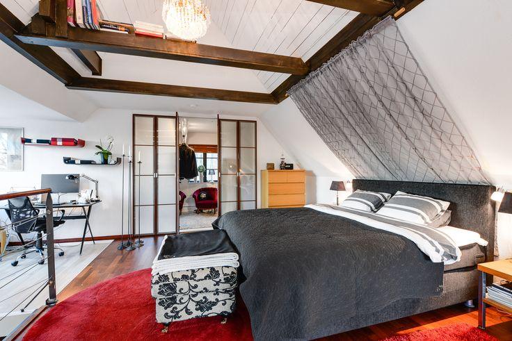 snyggt att avdela sovrummet med ett snyggt dressingroom, dörrarna känns lite asieninspirerade..