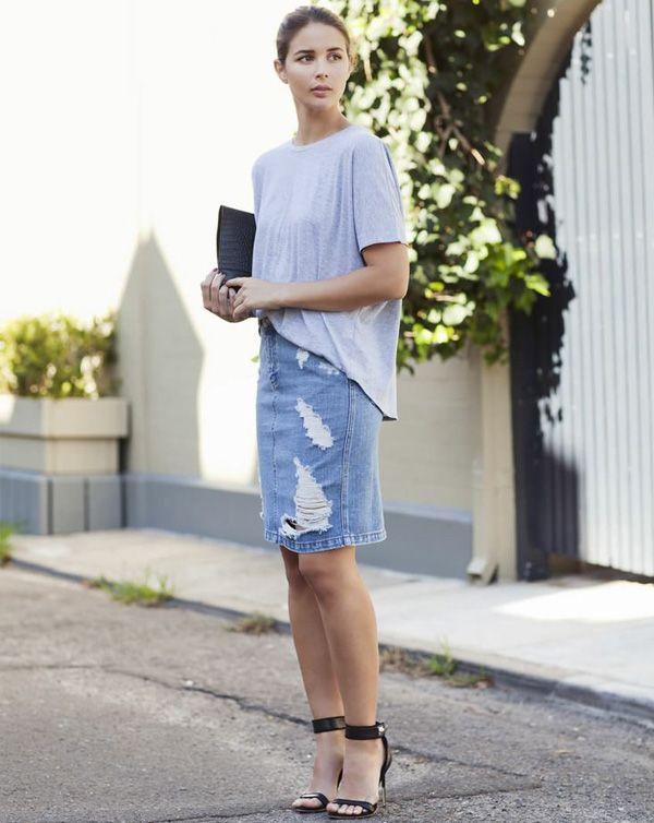 Look verão com saia jeans e t-shirt cinza.
