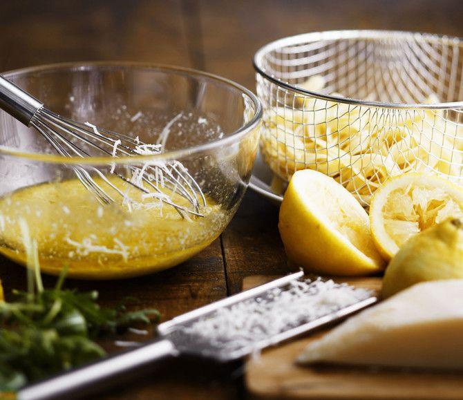 Sitruunapasta on pikainen, simppeli ja raikas. Vihreyttä se saa rucolasta ja basilikasta.