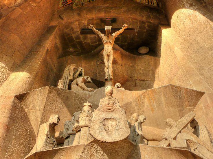 La Crucifixión en la Fachada de la Pasión de la Sagrada Familia. (Fotografía de Juan Pablo Valenzuela tomada el 17 de septiembre de 2008.)