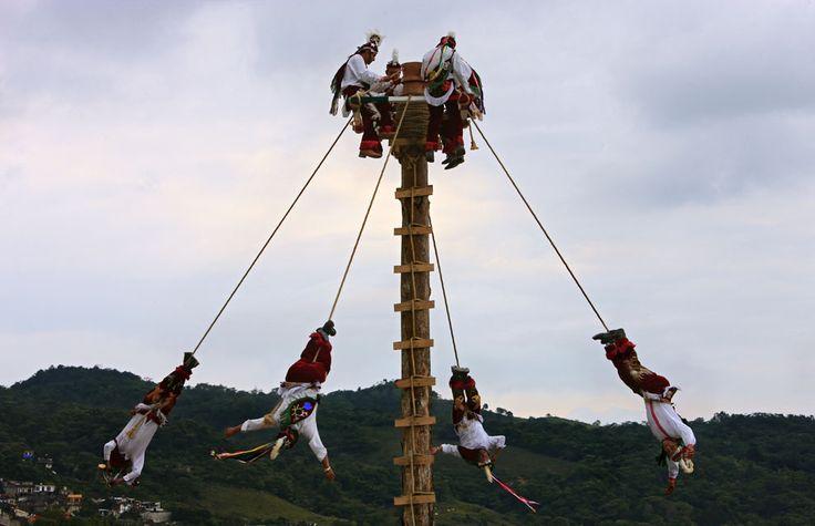 La danza aérea que sobrevivió a los españoles -  ¿De dónde viene la danza de los Voladores de Papantla? La respuesta está en una era lejana, en un mundo más solemne e inocente: el de la América prehispánica.    El Rito de los Voladores se practica en muchas comunidades, principalmente en estados del centro de México como Hidalgo, Puebla y Veracruz, no solo en Papantla. Esta danza mística es, en realidad, un vestigio de tradiciones mucho más antiguas que se originaron en lo que hoy es el…