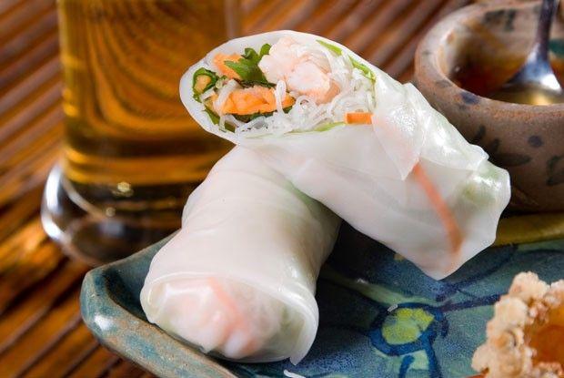 Fácil e leve, é feito em poucos minutos com legumes envolvidos por papel de arroz