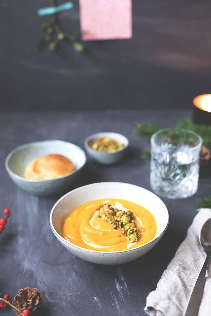 Rezept für amerikanische Süßkartoffel-Orangen-Suppe mit Pistazien-Salbei-Topping und frisch gebackenen Dinner Rolls | Weihnachtsmenü 2017 | moeyskitchen.com