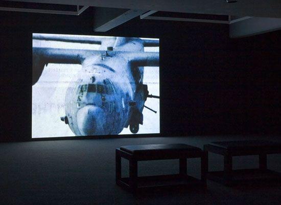 Tous les avions de chasse du monde est le titre d'une vidéo réalisée en 2005-2006 par l'artiste britannique Fiona Banner et présentée récemment lors de la Nuit Blanche 2009 à Paris. Pour ce projet, l'artiste a créé un montage vidéo à partir de coupures de presse montrant tous les modèles d'avions de chasse en service. Une heure durant, des images d'appareils défilent en cadence, au rythme d'une bande sonore composée de marches militaires et de musiques triomphales provenant de films de…