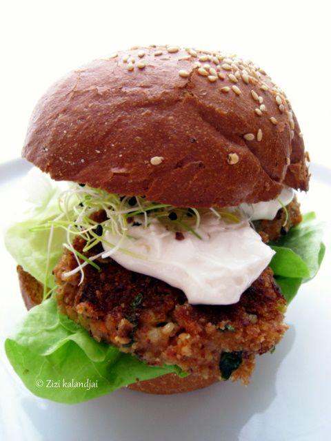 Az elmúlt napokban több helyen is olvastam hamburgerekről (például itt), így nem csoda, hogy megkívántam. Csurgott a nyálam szó szerint egy jó kis hamburger után. :) Megoldást kellett találnom, azonnal, hogy mivel is cserélhetném ki a szaftos húspogácsákat
