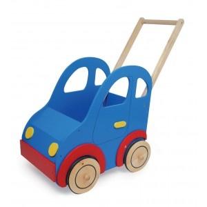 In deze grappige houten poppenwagen auto is plaats voor alle poppen en knuffelbeesten om een rondje te wandelen. De poppenwagen heeft frisse kleuren en daarom een geweldige uitstraling. Om de wielen zit een rubber randje waardoor de poppenwagen geruisloos rijdt.