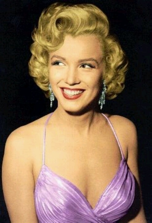 marilyn showing of her 1950s hair