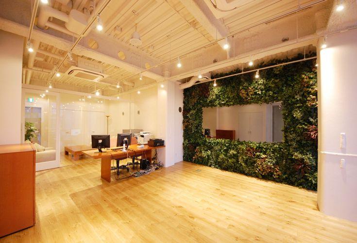 グリーンウォールがあるクリエイティブラウンジ|オフィスデザイン事例|デザイナーズオフィスのヴィス