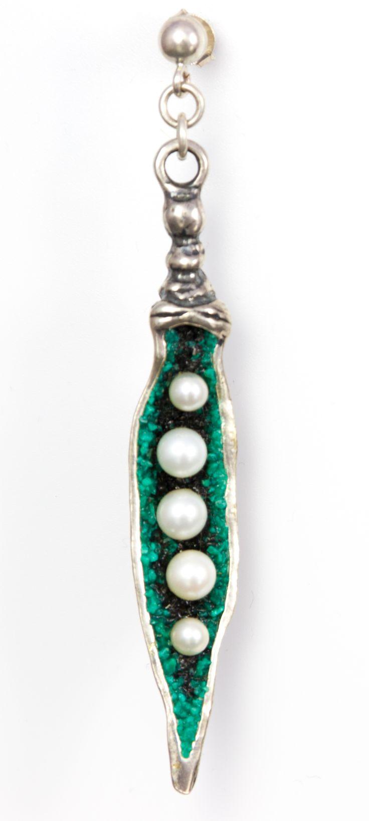 Wie eine Erbsenschote mit weißen Perlen.  Die Ohrstecker sind aus 925er Sterling-Silber geformt und handgemacht. Die grüne Farbe der Schoten stammt von den Splittern eines Malachit, mit denen das Silber besetzt ist. Die weißen Perlen stellen die Erbsenschoten dar.