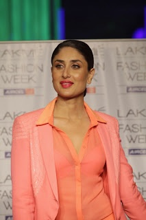 Kareena Kapoor Walks on The Ramp at LIFW Summer Resort 2013 Grand Finale. ~ Bollywood HQ Pictures| Wallpapers| Entertainment| News and Movies- Bollywoodcelebden.com