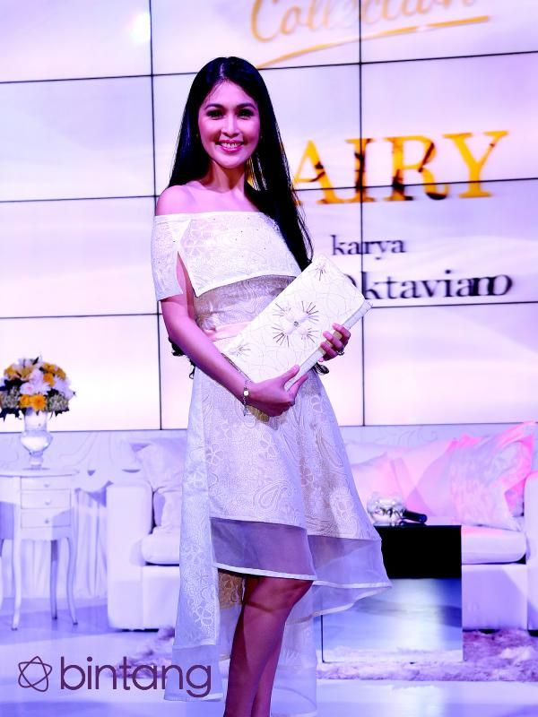 Di sisi lainnya, si cantik Sandra Dewi tampil layaknya peri berkat busana bertemakan 'fairy' yang dirancang oleh Priyo Oktaviano. (Wimbarsana Kewas/Bintang.com)
