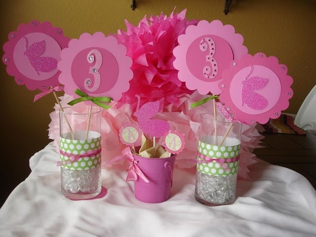 centerpieces but with pink crowns and blue snowflakes