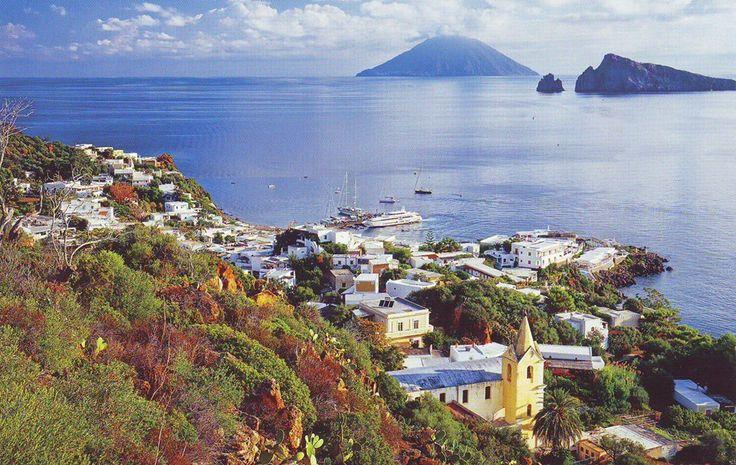 Panarea con Stromboli sullo sfondo - Isole Eolie
