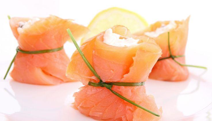 Dans cette recette 100% saumon, les tranches de saumon fumé renferment une crème de mascarpone parfumée à l'aneth et agrémentée…