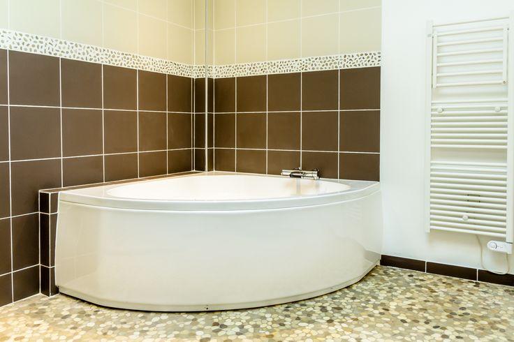 17 meilleures id es propos de baignoire d 39 angle sur for Salle de bain avec baignoire d angle et douche