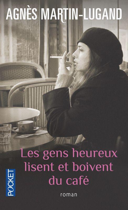 Les gens heureux lisent et boivent du café                                                                                                                                                      Plus