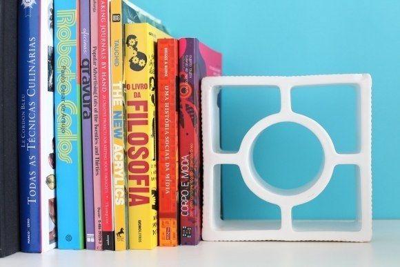 E que tal usar o cobogó como apoio para livros?