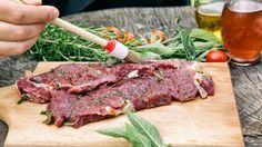 Die Grillsaison ist offiziell eröffnet. Anstatt mariniertes Fleisch zu kaufen, marinieren Sie doch mal selbst mit unseren 3 Marinade-Rezepten.