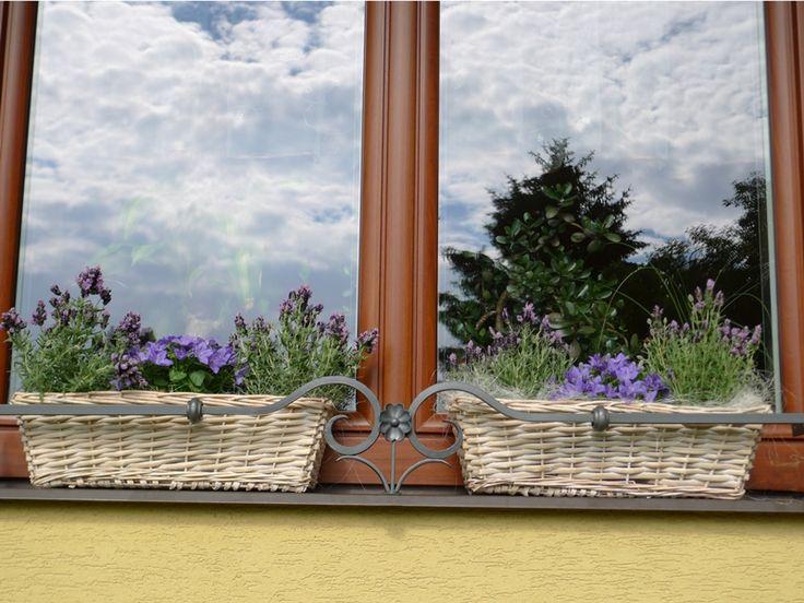 Květinové truhlíky, kované zábrany na okno, výzdoba domácnosti.