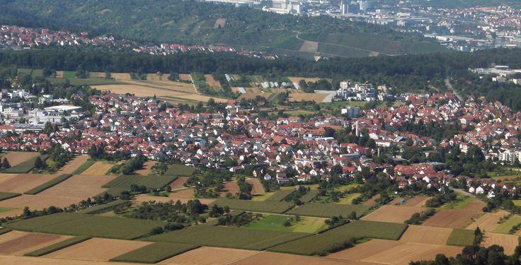 Ostfildern (Baden-Württemberg): Ostfildern ist eine Stadt in Baden-Württemberg, direkt südöstlich der Landeshauptstadt Stuttgart. Die erst 1975 im Rahmen der Gebietsreform entstandene Stadt hatte bei ihrer Gründung mehr als 20.000 Einwohner. Daher wurde sie zum 1. Juli 1976 zur Großen Kreisstadt erklärt. Heute ist sie nach Esslingen am Neckar, Filderstadt, Nürtingen, Kirchheim unter Teck und Leinfelden-Echterdingen die sechstgrößte Stadt des Landkreises Esslingen und gehört zum Mittelbereich…