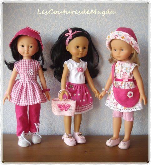 Cette fois-ci, c'est en rose vif qu'elles sont habillées ces poupées chéries! Capucine porte un chapeau en jean rose vif, revers à pois, avec un petit nœud vichy rose, un jeans rose, ta…