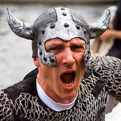 Кто, среди воинов викингов, носил рогатые шлемы? не носил никто! Популярная форма рогатых шлемов воинов викингов появилась в девятнадцатом веке, вероятно, позаимствованная с раскопок эпохи  бронзового века, времена гораздо более ранние.