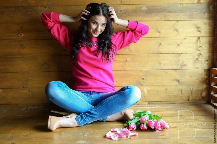 Купить Ярко-розовый свитшот с красивым узором из страз. - розовый, ярко-розовый…
