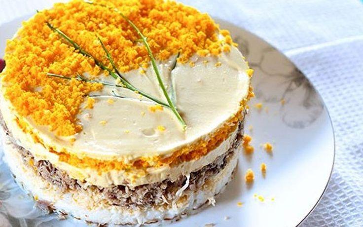 Отличный рецепт нежного салата «Мимоза» со скумбрией, сыром, яйцами и репчатым луком.  Ингредиенты — 200 гр. скумбрия (консервы)