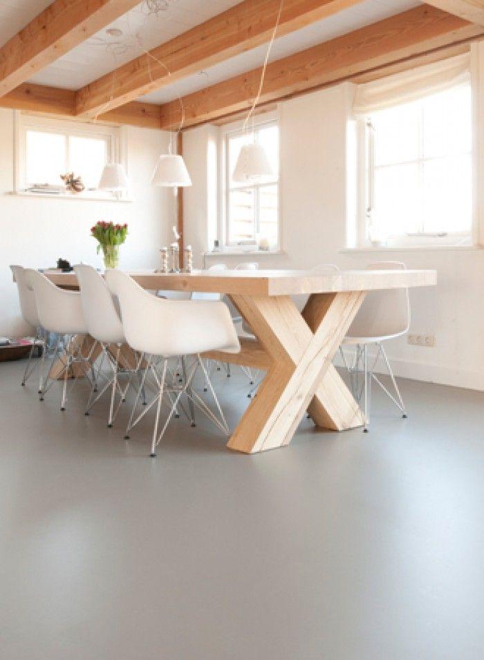 mooie tafel met witte stoelen