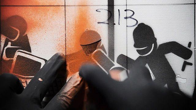 """The sound of stenciling: """"Utilizar uma forma de arte controversa como o stencil de uma forma tão viva e singular para retratar um sentimento praticamente unânime de não suportar mais a situação caótica do sistema em que vivemos. Esse foi o trabalho do artista de rua PAHNL e que aparece nesse vídeo.""""  A dica é do designer Rodrigo Seoane."""
