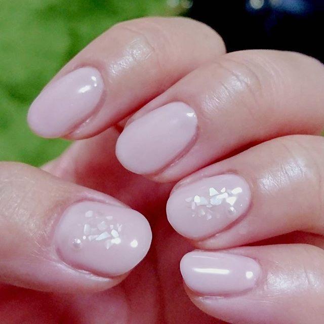 台風で暇なのでネイルしてた(^^)✨ 写真にうつりにくいけど白のシェル×パール 押し花ネイルしたかったけど良い感じのが通販で手に入らない( ̄▽ ̄;) #shinygel #232ソナタ #セルフネイル #シンプルネイル #オフィスネイル #nails #nailstagram