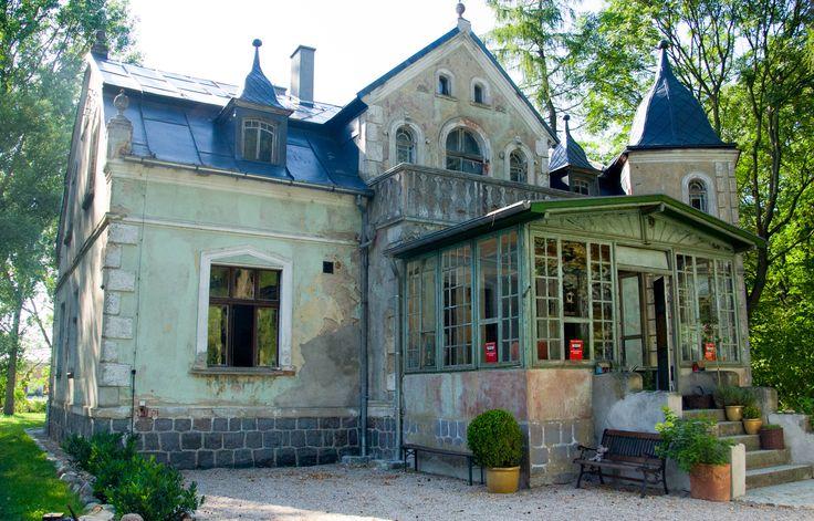 Charzewo (wielkopolskie) - Dwór wzniesiony w 1905 roku prawdopodobnie dla Kuno Kelmy. Obecnie zaniedbany, pełni funkcję mieszkalną.